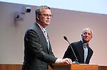 UTRECHT _ Algemene Ledenvergadering Utrecht, van de KNHB.  KNHB bestuurslid Peter Elders met Peter Von Reth (r). , die een onderscheiding krijgt. De Algemene Vergadering heeft Peter von Reth benoemd tot Erelid van de KNHB.   COPYRIGHT KOEN SUYK