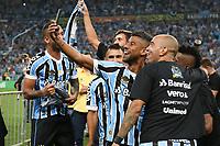 Porto Alegre (RS), 17/04/2019 - Futebol / Campeonato / Gremio / Internacional - Léo Moura e Diego Tardelli do Grêmio comemoram o título do Campeonato Gaúcho 2019 após a vitória, nos pênaltis, diante do Internacional, na Arena Grêmio, em Porto Alegre, no final da noite desta quarta-feira (17). Após o empate por 0 a 0 nos dois jogos da decisão, o Grêmio venceu por 3 a 2 nas penalidades. (Foto: Edu Peixoto/Brazil Photo Press/Agencia O Globo) Esportes