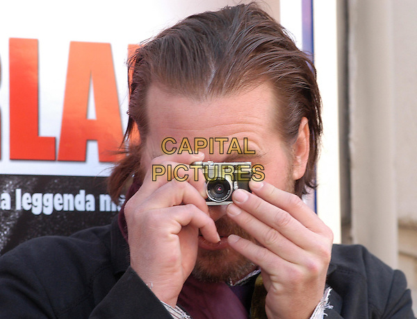VAL KILMER.Wonderland photocall in Rome.18 February 2004.camera, photographer.www.capitalpictures.com.sales@capitalpictures.com.© Capital Pictures.