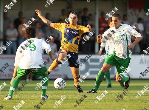 2009-08-22 / Voetbal / Cofidis Cup / Dessel Sport - OH Leuven / Ivica Jarakovic (OHL) tussen Hannes en Pellegriti (r)..Foto: Maarten Straetemans (SMB)