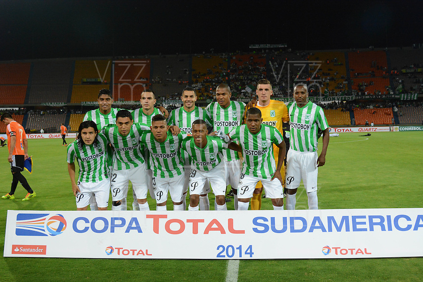 MEDELLÍN -COLOMBIA-27-08-2014. Jugadores de Atlético Nacional de Colombia posan para una foto previo al encuentro con Deportivo La Guaira de Venezuela por la Primera Fase, Zona Norte, Llave G11 de la Copa Total Sudamericana 2014 realizado en el estadio Atanasio Girardot de Medellín./ Aspect of match between Atletico Nacional of Colombia and Deportivo La Guaira of Venezuela during the match for the first Phase, north zone, key 11 of the Copa Total Sudamericana 2014 played at Atanasio Girardot stadium in Medellin. Photo: VizzorImage/Luis Ríos/STR