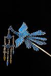 Chinesisch, <br /> Qing-Dynastie, 19. Jahrhundert. <br /> <br /> - Haarnadel in Form eines fliegenden Ph&ouml;nix. - <br /> <br /> Silber, vergoldet, mit Eisvogelfedern.<br /> Privatsammlung.
