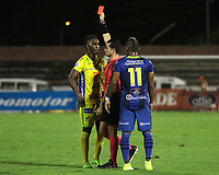 NEIVA- COLOMBIA, 04-03-2019:Jorge Guzmán Bonilla referee central muestra la tarjeta roja a un jugador del Atletico Huila. Acción de juego entre los equipos Atlético Huila  y Alianza Petrolera  durante partido por la fecha 8 de la Liga Águila I 2019 jugado en el estadio Guillermo Plazas Alcid de la ciudad de Neiva. / Central Referee Jorge Guzman Bonilla shows the red card agaisnt of player of Atletico Huila.Action game between Atletico Huila and Alianza Petrolera teams during the match for the date 8 of the Liga Aguila I 2019 played at the Guillermo Plazas Alcid Stadium in Neiva  city. Photo: VizzorImage / Sergio Reyes / Contribuidor.