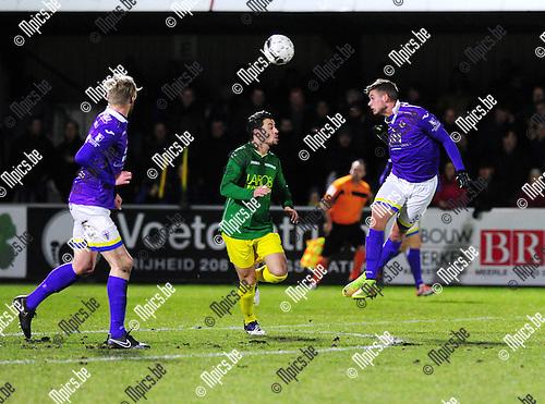2015-02-28 / Voetbal / seizoen 2014-2015 / Sint-Lenaarts - Beerschot-Wilrijk / Jaric Schaessens kopt de bal over Nico Lansu van Sint-Lenaarts<br /><br />Foto: Mpics.be