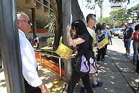 SAO PAULO, SP, 26/10/2013, PROVA ENEM. Chegada de candidatos a prova do Enem, que acontece nesse final de semana 26 e 27-10), um dos locais de prova e a Faculdade Anhembi na Rua Afonso Celso no bairro da Vila Mariana. Alguns alunos chegaram atrasado e nao puderam entrar. LUIZ GUARNIERI/BRAZIL PHOTO PRESS.