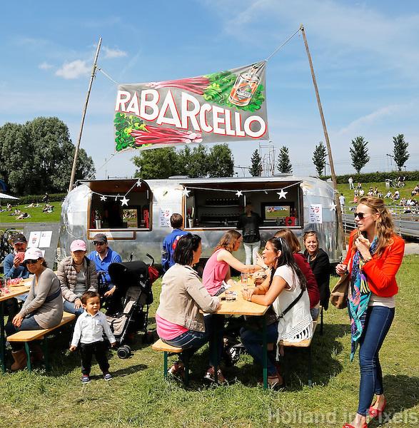 Festival in Amsterdam :De Rollende Keukens.  Rijdende keukens waar bijzondere snacks en drankjes worden verkocht.  Rabarchello