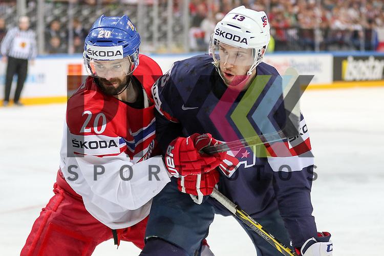 Tschechiens Klepis, Jakub (Nr.20)(Ocelari Trinec) im Zweikampf mit USAs Bonino, Nick (Nr.13)(Vancouver Canucks)  im Spiel IIHF WC15 USA vs. Czech Republic.<br /> <br /> Foto &copy; P-I-X.org *** Foto ist honorarpflichtig! *** Auf Anfrage in hoeherer Qualitaet/Aufloesung. Belegexemplar erbeten. Veroeffentlichung ausschliesslich fuer journalistisch-publizistische Zwecke. For editorial use only.