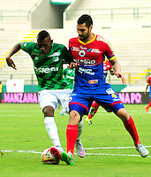 CALI - COLOMBIA - 13 - 09 -2015: Mateo Casierra (Izq.) jugador de Deportivo Cali disputa el balón con Jonathan Avila (Der.) jugador de Deportivo Pasto,  durante partido de la fecha 12 entre Deportivo Cali y Deportivo Pasto, de la Liga Aguila II 2015 en el estadio Deportivo Cali (Palmaseca) de la ciudad de Cali. / Mateo Casierra (L) player of Deportivo Cali fights for the ball with Jonathan Avila (R) player of Deportivo Pasto,  during a match for the date 12 between Deportivo Cali and Deportivo Pasto,  for the Liga Aguila II 2015 at the Deportivo Cali (Palmaseca) stadium in Cali city. Photo: VizzorImage /  NR / Cont.