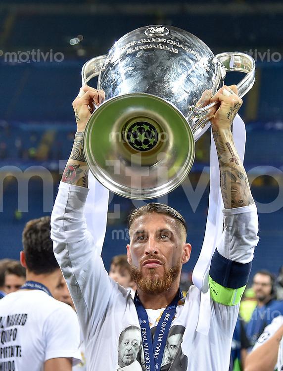 FUSSBALL  CHAMPIONS LEAGUE  FINALE  SAISON 2015/2016   Real Madrid - Atletico Madrid                   28.05.2016 Sergio Ramos (Real Madrid) jubelt mit dem Pokal