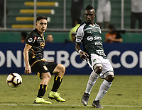 PALMIRA - COLOMBIA, 04-04-2019: Kevin Velasco del Cali disputa el balón con Guillermo Benitez del Guarani durante partido por la primera ronda de la Copa CONMEBOL Sudamericana 2019 entre Deportivo Cali de Colombia y Club Guaraní de Paraguay jugado en el estadio Deportivo Cali de la ciudad de Palmira. / Kevin Velasco of Cali vies for the ball with Guillermo Benitez of Guarani during match for the first round as part Copa CONMEBOL Sudamericana 2019 between Deportivo Cali of Colombia and Club Guarani of Paraguay played at Deportivo Cali stadium in Palmira city.  Photo: VizzorImage / Gabriel Aponte / Staff