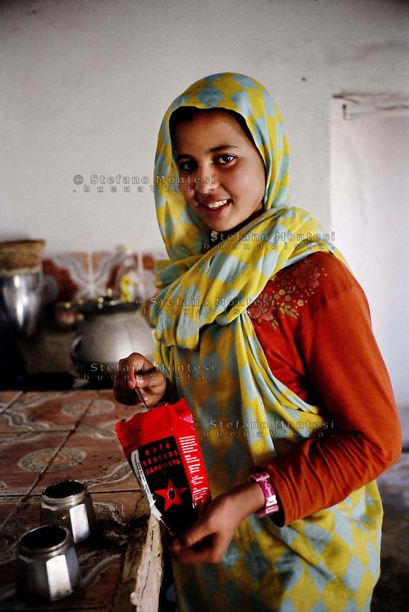 Sahara Occidentale .Gennaio 2009 .Campo Profughi Saharawi di Smara.Il caffè rebelde zapatista nelle abitazioni  saharawi.Western Sahara.January 2009.Saharawi refugee camp of Smara.Rebelde Zapatista Coffee in homes Saharawi.