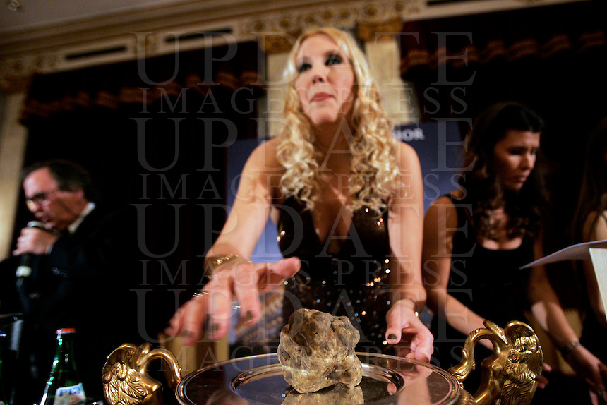 La producer Giselle Oberti mostra un tartufo all'Asta Internazionale del Tartufo Italiano, a Roma, 12 dicembre 2009..Italian producer Giselle Oberti shows a truffle during the International Auction of the Italian Truffle in Rome, 12 december 2009..UPDATE IMAGES PRESS/Riccardo De Luca