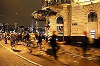 Nederland  Amsterdam  2017 .  Fietsers op de Prins Hendrikkade, ter hoogte van het Damrak. Victoria Hotel.  Foto Berlinda van Dam / Hollandse Hoogte