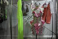 SÃO PAULO, SP, 17.04.2015 - SÃO PAULO FASHION WEEK - BACKSTAGE- AMAPO - Figurino durante backstage da marca Amapô no último dia da São Paulo Fashion Week, Verão 2016 no Parque Cândido Portinari na região oeste de São Paulo, nesta sexta-feira, (17).(Foto: Marcos Moraes / Brazil Photo Press).