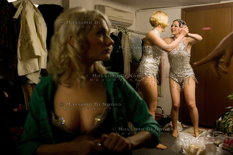 Milano: due ragazze provano il numero nel camerino.