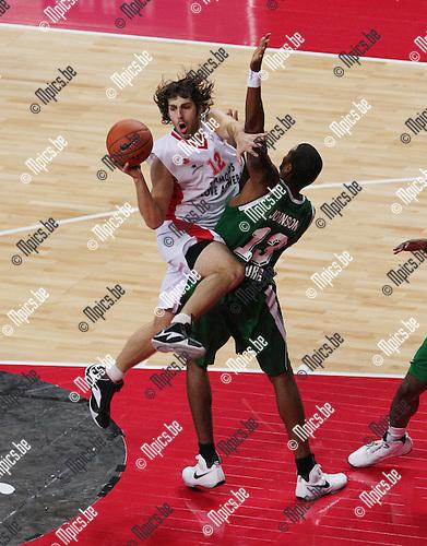 2007-12-11 / Basketbal / Uleb Cup: Antwerp Giants - Fribourg / Ian Hanavan (Giants) loopt zich vast op Johnson van Fribourg...Foto: Maarten Straetemans (SMB)