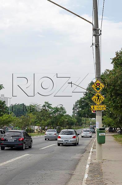 Placa de Semáforo à frente, na Avenida Governador Carvalho Pinto, bairro da Penha, São Paulo - SP, 05/2014.