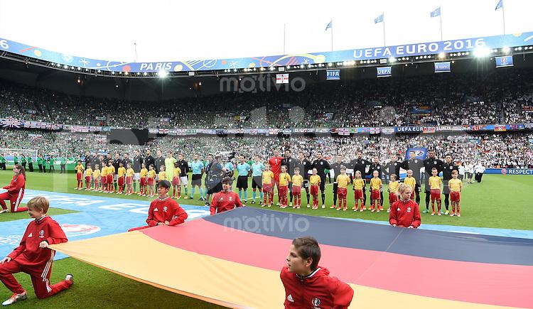 FUSSBALL EURO 2016 GRUPPE C IN PARIS Nordirland - Deutschland     21.06.2016 Die Mannschaften von Nordirland und Deutschland) nehmen zur Hymne Aufstellung