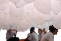 SAO PAULO, SP, 28 DEZEMBRO 2012 - COMEMORACAO DA ASSOCIACAO DO COMERCIAL DE SP - Assistentes enchem baloes para a comemoracao anual da Associacao do Comercial de Sao Paulo na manha desta sexta-feira(28), no Patio do Colegio na regiao central de Sao Paulo. (FOTO: AMAURI NEHN / BRAZIL PHOTO PRESS).