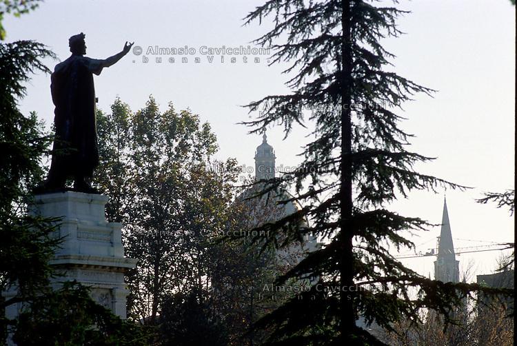 Mantova, Piazza Virgiliana, monumento al poeta Virgilio.<br /> Mantua, Piazza Virgiliana, monumento al poeta Virgilio.