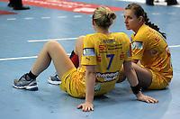 Handball Champions League  Frauen Damen - HCL HC Leipzig : HYPO Niederösterreich - Arena Leipzig - im Bild: Auswertung mit ratloser Mine - Natalie Augsburg (l.) und Karolina Kudlacz sitzen enttäuscht auf dem Hallenboden Foto: Norman Rembarz...