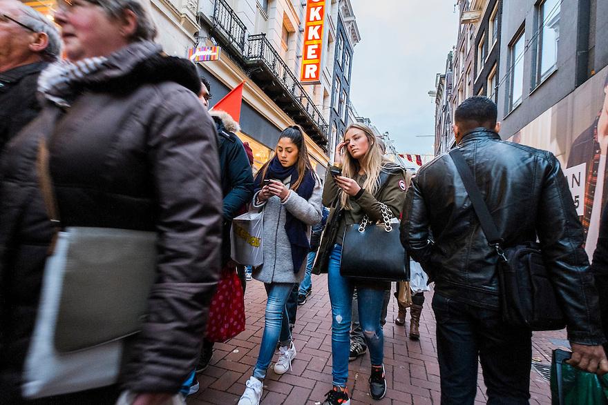 Nederland, Amsterdam, 13 dec 2014<br /> Winkelend publiek komt uit de Kalverstraat en loopt over de zebra de Dam op.<br /> Foto: (c) Michiel Wijnbergh