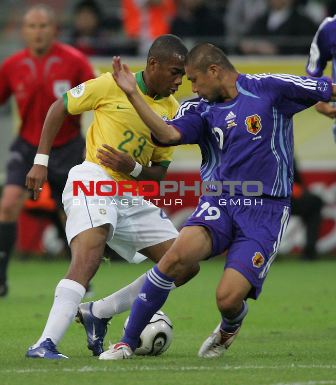 FIFA WM 2006 -  Gruppe F Vorrunde ( Group AF)<br /> Play   #43 (22-Jun) - Japan vs Brasilien 1:4<br /> <br /> Robinho (links) von Brasilien im Zweikampf mit Keisuke Tsuboi (rechts) von Japan.<br /> Robinho umkurvt Keisuke Tsuboi.<br /> <br /> Foto &copy; nordphoto