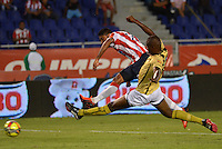 BARRANQUILLA - COLOMBIA -06-02-2014: Luis C Ruiz (Izq.) jugador de Atletico Junior disputa el balón con Javier Lopez (Der.) jugador del Itagúi  durante partido de la tercera fecha de la Liga Postobon I 2014, jugado en el estadio Metropolitano Roberto Melendez de la ciudad de Barranquilla. / Luis C Ruiz (L) player of Atletico Junior vies for the ball with Javier Lopez (R) player of Itagúi during a match for the third date of the Liga Postobon I 2014 at the Metropolitano Roberto Melendez Stadium in Barranquilla city. Photo: VizzorImage  / Alfonso Cervantes / Str.