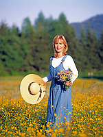 Junge Frau in Blumenwiese - gluecklich | young woman standing in a flower meadow - happy