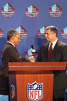 Stephen A. Clarke (Praesident/Executve Director Pro Football Hall of Fame) bekommt den Umschlag mit den gewaehlten Spielern<br /> Hall of Fame Selection Pressekonferenz<br /> *** Local Caption *** Foto ist honorarpflichtig! zzgl. gesetzl. MwSt. Auf Anfrage in hoeherer Qualitaet/Aufloesung. Belegexemplar an: Marc Schueler, Am Ziegelfalltor 4, 64625 Bensheim, Tel. +49 (0) 6251 86 96 134, www.gameday-mediaservices.de. Email: marc.schueler@gameday-mediaservices.de, Bankverbindung: Volksbank Bergstrasse, Kto.: 151297, BLZ: 50960101