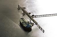 Tanker am Loeschkopf der NWO: EUROPA, DEUTSCHLAND, NIEDERSACHSEN, WILHELMSHAVEN  (EUROPE, GERMANY), 14.01.2012: Die Nord-West Oelleitung GmbH (NWO) in Wilhelmshaven wurde im November 1956 gegruendet, um die Nord-West-Oelleitung als erste Mineraoelfernleitung in Europa zu bauen und zu betreiben und damit die Rohstoffversorgung mehrerer Mineraloelraffinerien im Emsland und im Rhein-Ruhr-Gebiet sicherzustellen. Dabei war vor allem der Tiefwasserhafen in Wilhelmshaven entscheidend für die Standortwahl..Die belieferten Raffinerien sind die Erdoel-Raffinerie Emsland der Deutschen BP AG in Lingen, die Ruhr-Oel-Raffinerien der BP Gelsenkirchen in Gelsenkirchen und die Rheinland Raffinerie der Shell Deutschland Oil GmbH in Wesseling bei Koeln..Die NWO ist Deutschlands Knotenpunkt fuer Umschlag, Lagerung und Durchleitung von Mineraloel und Kraftstoff. Ueber 900 Millionen Tonnen Rohoel und Produkte wurden seit Inbetriebnahme der Loeschbruecke am 29. November 1958 mit ueber 17.000 Tankern umgeschlagen . Damit etablierte sich die NWO-Pier als Deutschlands wichtigster und groesster Rohoelumschlagsplatz. NWO in Wilhelmshafen: EUROPA, DEUTSCHLAND, WILHELMSHAFEN, 26.10.2006: Die NWO ( Nord-West Oelleitung GmbH) ist Deutschlands Knotenpunkt fuer Umschlag, Lagerung und Durchleitung von Mineraloel und Kraftstoff. Der NWO-Pier ist Deutschlands wichtigster und groesster Rohoelumschlagsplatz.Aktuell