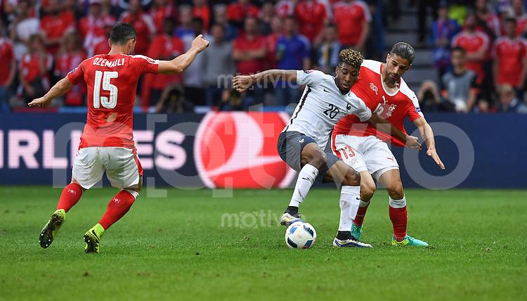 FUSSBALL EURO 2016 GRUPPE A IN LILLE Schweiz - Frankreich     19.06.2016 Blerim Dzemaili (li) und Ricardo Rodriguez (re, beide Schweiz)  gegen Kingsley Coman (Mitte, Frankreich)