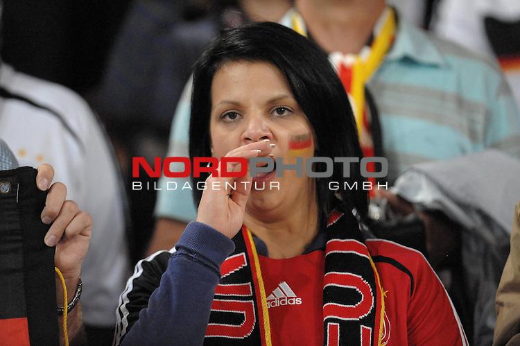 Fussball, L&auml;nderspiel, WM 2010 Qualifikation Gruppe 4 in D&uuml;sseldorf<br />  Deutschland (GER) vs. Aserbaidschan ( AZE )<br /> <br /> ohje, ist das Spiel langweilig, Fan w&auml;hrend des Spiels am g&auml;hnen<br /> <br /> <br /> Foto &copy; nph (  nordphoto  )<br />  *** Local Caption *** <br /> <br /> Fotos sind ohne vorherigen schriftliche Zustimmung ausschliesslich f&uuml;r redaktionelle Publikationszwecke zu verwenden.<br /> Auf Anfrage in hoeherer Qualitaet/Aufloesung