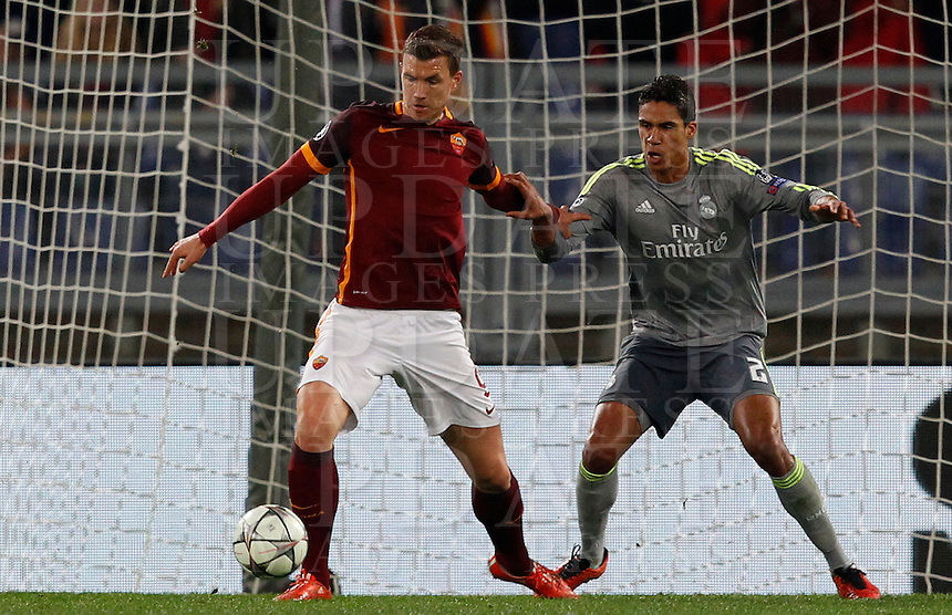 Calcio, andata degli ottavi di finale di Champions League: Roma vs Real Madrid. Roma, stadio Olimpico, 17 febbraio 2016.<br /> Roma's Edin Dzeko, left, is challenged by Real Madrid's Raphael Varane during the first leg round of 16 Champions League football match between Roma and Real Madrid, at Rome's Olympic stadium, 17 February 2016.<br /> UPDATE IMAGES PRESS/Riccardo De Luca