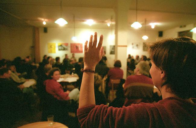 Initiative fuer ein Berliner Sozialforum<br /> Am 14. Maerz 2003 versammelten sich knapp 80 Menschen in erlin-Kreuzberg um die Initiative zur Gruendung eines Berliner Sozialforums ins Leben zu rufen.<br /> Die Menschen kamen aus unterschiedlichen linken Gruppen wie attac, Autonome, Antifaschistinnen und Gewerkschaftsmitglieder.<br /> Nach knapp 3 Stunden intensiver Diskussion wurde die Gruendung der Initiative beschlossen.<br /> Wie einige Zeit spaeter bekannt wurde, haben das Berliner Landesamt fuer Verfassungsschutz, das Niedersaechsische Landesamt, ein weiteres Landesamt sowie das Bundesamt fuer Verfassungsschutz das Sozialforum und einzelne Mitglieder ausgespaeht und ueberwacht.<br /> 14.3.2003, Berlin<br /> Copyright: Christian-Ditsch.de<br /> [Inhaltsveraendernde Manipulation des Fotos nur nach ausdruecklicher Genehmigung des Fotografen. Vereinbarungen ueber Abtretung von Persoenlichkeitsrechten/Model Release der abgebildeten Person/Personen liegen nicht vor. NO MODEL RELEASE! Nur fuer Redaktionelle Zwecke. Don't publish without copyright Christian-Ditsch.de, Veroeffentlichung nur mit Fotografennennung, sowie gegen Honorar, MwSt. und Beleg. Konto: I N G - D i B a, IBAN DE58500105175400192269, BIC INGDDEFFXXX, Kontakt: post@christian-ditsch.de<br /> Bei der Bearbeitung der Dateiinformationen darf die Urheberkennzeichnung in den EXIF- und  IPTC-Daten nicht entfernt werden, diese sind in digitalen Medien nach &sect;95c UrhG rechtlich geschuetzt. Der Urhebervermerk wird gemaess &sect;13 UrhG verlangt.]