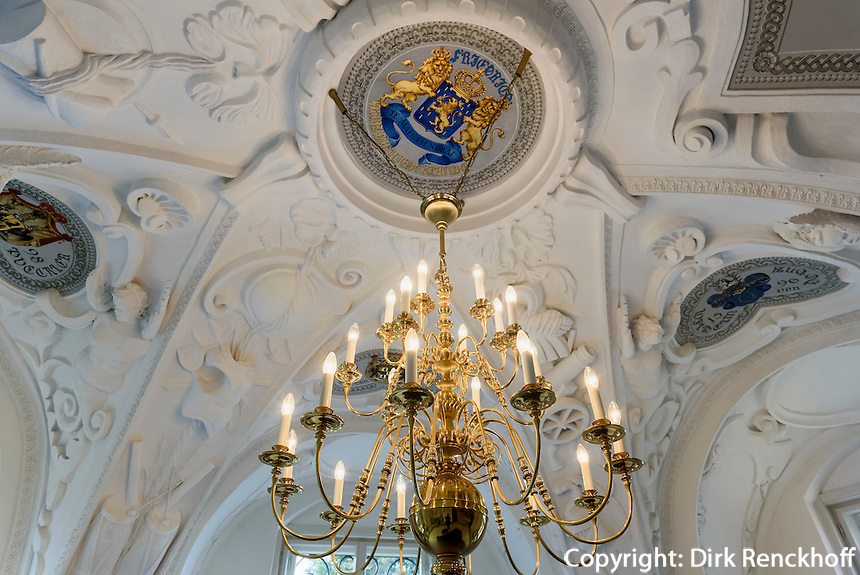 Kronleuchter undStuckdecke der Bibliothek, Neues Schloss  im F&uuml;rst P&uuml;ckler Park, Bad Muskau, Sachsen, Deutschland, Europa, UNESCO-Weltkulturerbe<br /> Stuccoed ceiling and chandelier in the library of New Palace in F&uuml;rst P&uuml;ckler Park, Bad Muskau, Saxony, Germany, Europe, UNESCO-World Heritage