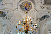 Kronleuchter undStuckdecke der Bibliothek, Neues Schloss  im Fürst Pückler Park, Bad Muskau, Sachsen, Deutschland, Europa, UNESCO-Weltkulturerbe<br /> Stuccoed ceiling and chandelier in the library of New Palace in Fürst Pückler Park, Bad Muskau, Saxony, Germany, Europe, UNESCO-World Heritage