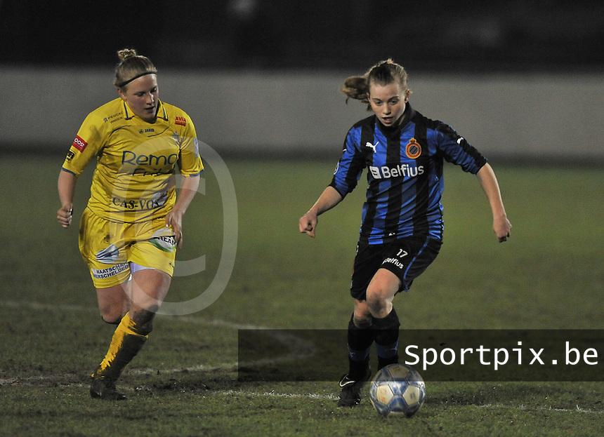Club Brugge Dames - WB Sinaai Girls : Yana Haesebroek aan de bal voor Wiene Van Guyse (links).foto DAVID CATRY / Vrouwenteam.be