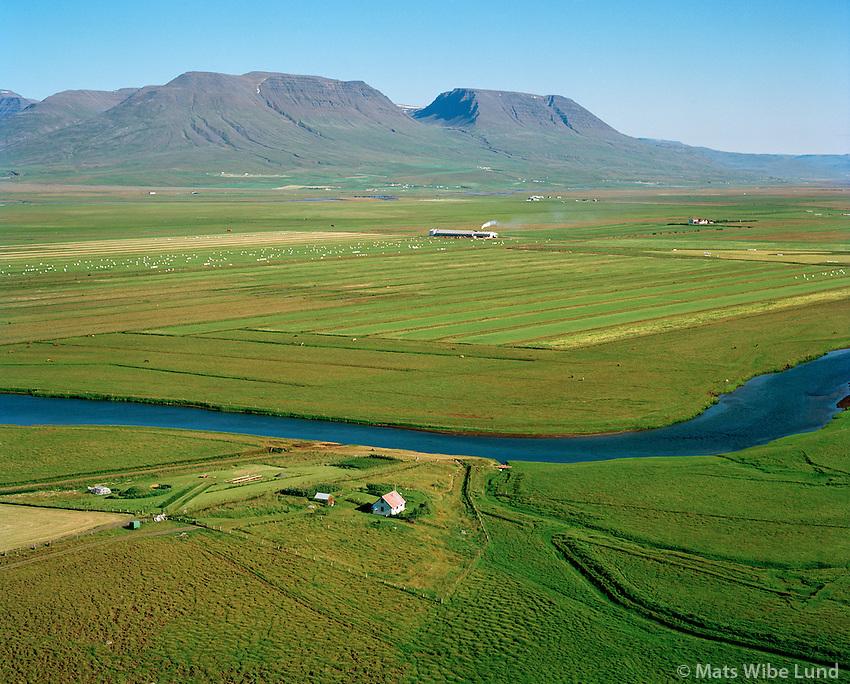 Sumarbústaður, Geldingaholt, séð til suðurs, Graskögglaverksmiðjan Vallhólmur í baksýni, Seyluhreppur / Summerhouse near Geldingaholt, viewing south towards Vallholmur, Seyluhreppur.
