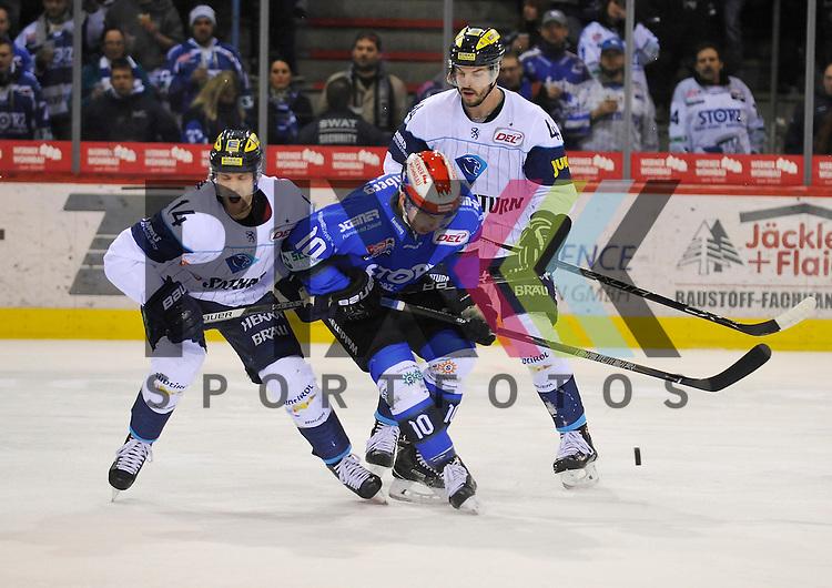SERC Schwenninger Wild Wings (blau) - Ingolstadt (weiss), v.l. 14 INGOL Dustin Friesen, Marcel Kurth (10) Stuermer SERC Wild Wings + 44 INGOL Jean-Francois Jaques beim Spiel in der DEL, Schwenninger Wild Wings (blau) - ERC Ingolstadt (weiss).<br /> <br /> Foto &copy; PIX-Sportfotos *** Foto ist honorarpflichtig! *** Auf Anfrage in hoeherer Qualitaet/Aufloesung. Belegexemplar erbeten. Veroeffentlichung ausschliesslich fuer journalistisch-publizistische Zwecke. For editorial use only.