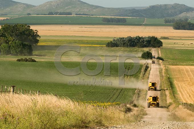 Maquinarias golondrina traslandose de campo en Balcarce, Buenos Aires, Argentina