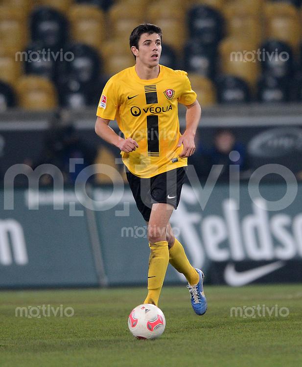 Fussball, 2. Bundesliga, Saison 2012/13, SG Dynamo Dresden - FSV Frankfurt, Dienstag (27.11.12), Dresden, Gluecksgas Stadion. Dresdens Anthony Losilla am Ball.