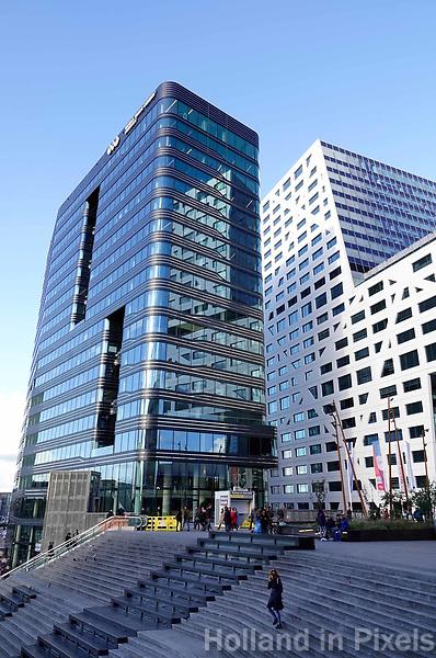 Het nieuwe World Trade Center (WTC) achter Utrecht Centraal Station. Rechts het nieuwe Stadskantoor.