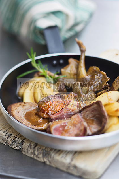 Europe/France/Pays de la Loire/44/Loire-Atlantique/Parc Naturel R&eacute;gional de Bri&egrave;re/ Herbignac: Pigeonneau r&ocirc;ti &agrave; l'andouille grill&eacute;e, pommes caram&eacute;lis&eacute;es, jus au cidre - <br /> recette d'Herv&eacute; Mich&egrave;le,du restaurant:  La Chaumi&egrave;re des marais &agrave; Kermoureau