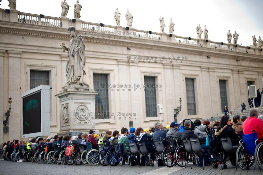Vaticano, 19 Marzo, 2014. Fedeli disabili in Piazza San Pietro assistono all'udienza di Papa Francesco