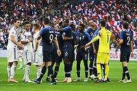 Mannschaften klatschen ab, Frankreich feiert, Frust bei Deutschland - 16.10.2018: Frankreich vs. Deutschland, 4. Spieltag UEFA Nations League, Stade de France, DISCLAIMER: DFB regulations prohibit any use of photographs as image sequences and/or quasi-video.