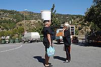 Donne in una via di Badolato lungo la strada che conduce al bacino artificiale della diga<br /> dell'Alaco. Badolato(Catanzaro)<br /> , 4 agosto 2008.<br /> Women in Badolato along the road to the reservoir created by the Alaco dam. Badolato(Catanzaro), August 4, 2008