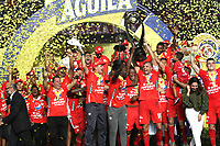 CALI-COLOMBIA , 07-12-2019. Jugadores del América de  Cali celebran en el podium con el trofeo después de ganar el campeonato nacional de fútbol de Colombia La Liga Aguila II 2019 al vencer Atlético Junior durante partido por la final de la Liga Águila II 2019 jugado en el estadio Pascual Guerrero de la ciudad de Cali./   Players of America de Cali  celebrate on the podium with the trophy after winning the Liga Aguila II 2019 final football match by defeating Atletico Junior  during the final match for the Aguila League II 2019 played at Pascual Guerrero stadium in Cali city. Photo: VizzorImage/ Felipe Caicedo / Staff