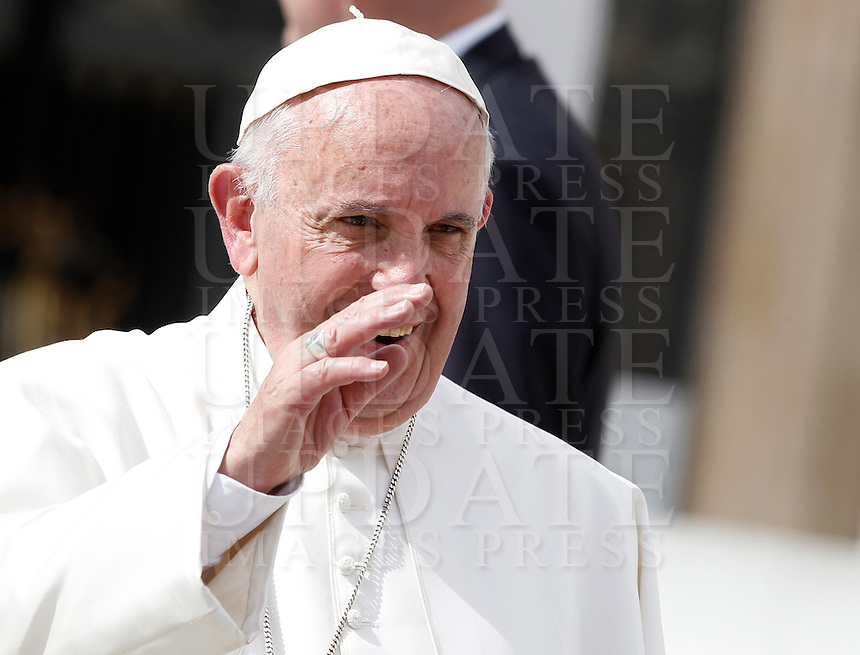 Papa Francesco saluta i fedeli al termine dell'udienza generale del mercoledi' in Piazza San Pietro, Citta' del Vaticano, 7 ottobre 2015.<br /> Pope Francis greets the faithful at the end of his weekly general audience in St. Peter's Square at the Vatican, 7 October 2015.<br /> UPDATE IMAGES PRESS/Isabella Bonotto<br /> <br /> STRICTLY ONLY FOR EDITORIAL USE