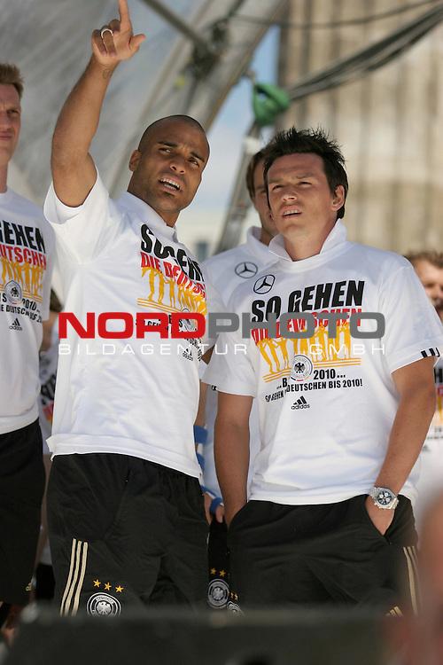 UEFA Euro 2008 Fan Meile Berlin - Empfang der Deutschen Mannschaft am Brandenburger Tor <br /> <br /> David Okondor ( Germany / Angreifer / Forward / Betis Sevilla #19) Piotr Trochowski ( Germany / Mittelfeldspieler / Midfielders / Hamburger SV #14 <br /> <br /> Foto &copy; nph (  nordphoto  )<br /> <br /> <br /> <br />  *** Local Caption ***